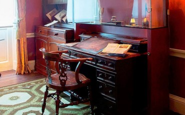Charles Dickens Museum: Charles Dickens Desk & Chair. Photo Credit: © Charles Dickens Museum.