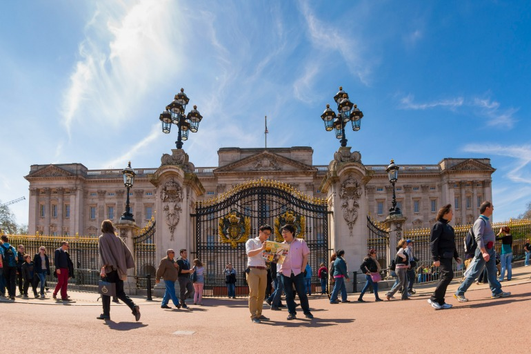 Tourists in front of Buckingham Palace. Photo Credit: ©London & Partners.