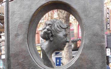 Agatha Christie Memorial. Photo Credit: © Diagram Lajard via Wikimedia Commons.