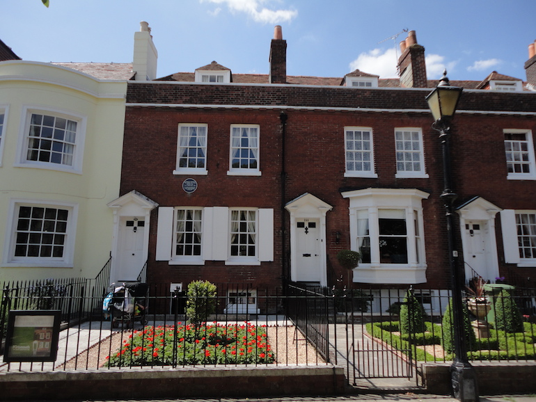 Charles Dickens's birthplace, 393 Commercial Road, Portsmouth. Photo Credit: © Austriantraveler via WikiMedia Commons.