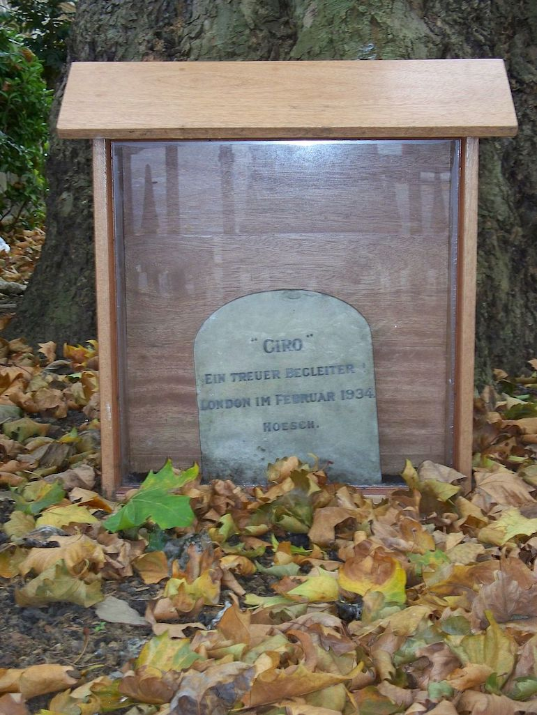 Grave in London for Giro the so-called Nazi Dog. Photo Credit: © Iridescenti via Wikimedia Commons.