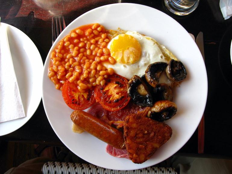 Full English breakfast. Photo Credit: © Joadl via Wikimedia Commons.