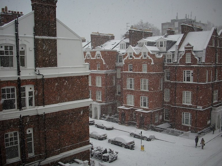 Snowing at Evelyn Gardens, South Kensington. Photo Credit: © Άργος via Wikimedia Commons.