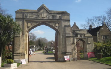 Gothic inner gates to the cemetery, designed by Sir William Tite. Photo Credit: © Matt Brown via Wikimedia Commons.